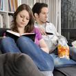 Paar gelangweilt auf Sofa