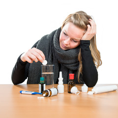 Erkältete Frau mit Medizin - Grippe
