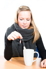 Junge Frau mit Schal vor einer großen Tasse Tee