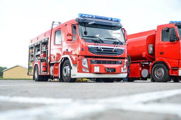 Feuerwehrfahrzeug steht auf einem Parkplatz