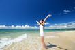 海辺でストレッチを楽しむ女性
