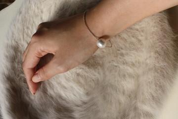 コットンパールと女性の手