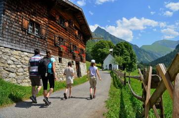 Eltern und Kinder wandern als Familie in den Berge