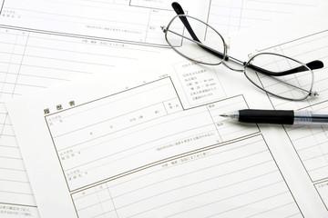 履歴書とボールペンと眼鏡