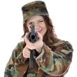 Frau als Soldat verkleidet zielt mit Gewehr