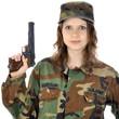 Frau in Armee-Kostüm mit Pistole