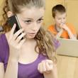 Teenager telefoniert beim Babysitten