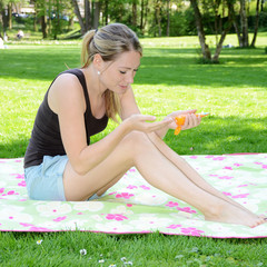 Frau trägt Sonnenschutz auf