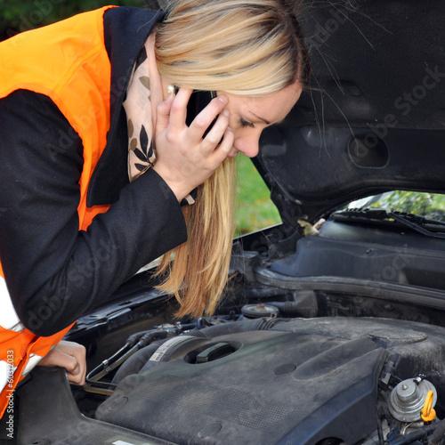 Frau telefoniert nach Autopanne