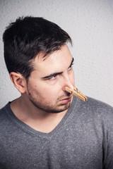 hombre con pinza en la nariz