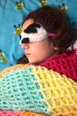 Niña durmiendo con antifaz