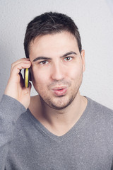 hombre hablando contelefono