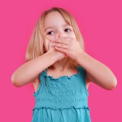 blondes Mädchen hält sich den Mund zu