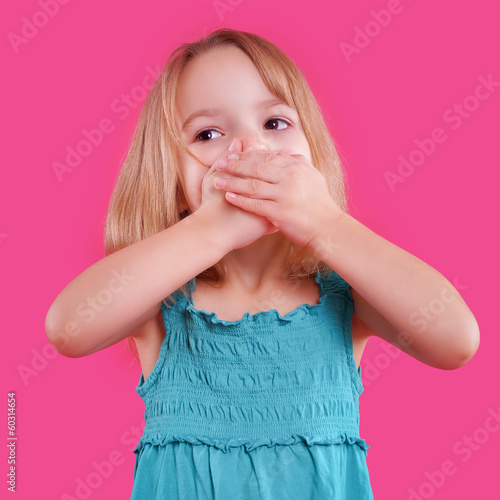 canvas print picture blondes Mädchen hält sich den Mund zu