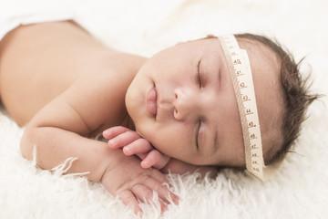 Kopfumfang messen bei einem Neugeborenen