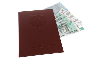 Красный диплом с вложенными приложением и деньгами на белом фоне