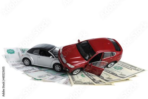 Авария двух автомобилей, деньги на белом фоне