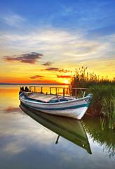 barca tradicional rodeada de nubes © kesipun