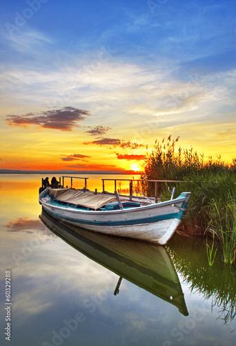 barca tradicional rodeada de nubes - 60329288