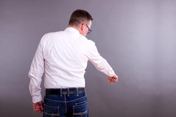Mann im weißen Hemd zeigt nach