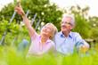 canvas print picture - Glückliche Senioren sitzen in Weinberg