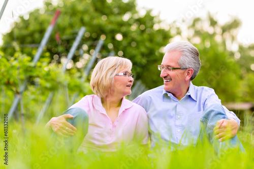 canvas print picture Glückliche Senioren sitzen in Weinberg