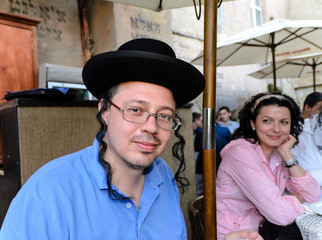 Orthodox Jewish man at an outdoor restaurant