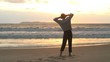 Geschäftsmann entspannt am Strand bei Sonnenaufgang.