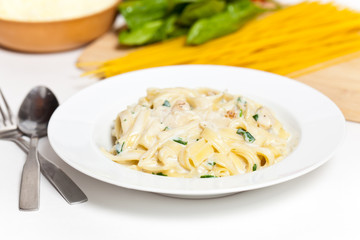 Chicken fettuccine alfredo with spinach