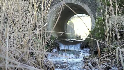 Bach und Flusslauf durch ein Wasserrohr