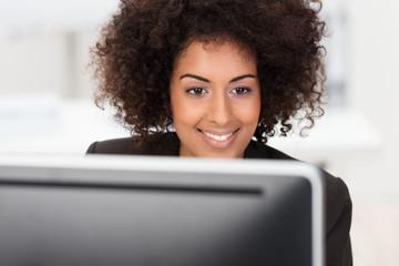 erfolgreiche junge frau arbeitet am computer