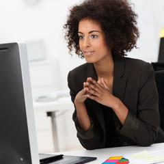 junge designerin arbeitet am computer