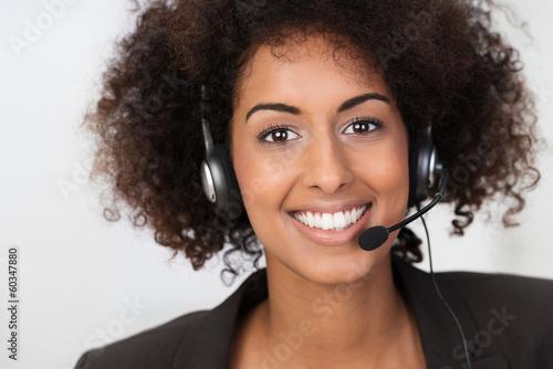 geschäftsfrau telefoniert mit headset - 60347880
