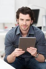 junger geschäftsmann liest am tablet-pc