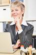 Ältere Geschäftsfrau im Büro