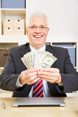 Geschäftsmann mit Dollarscheinen