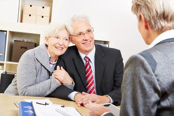 Paar Senioren im Beratungsgespräch