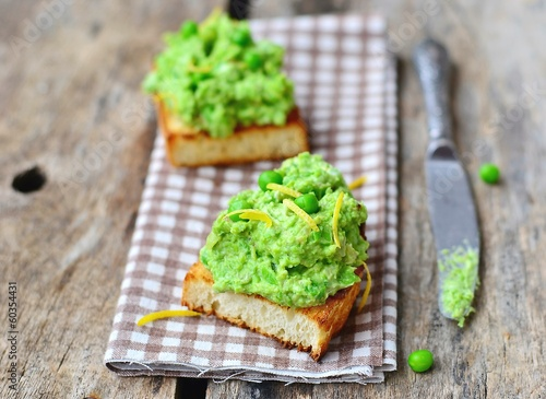 bruschetta with green pea