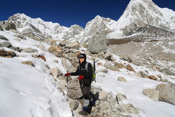 trekker walk to everest basecamp from everest trek