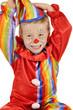 Kleiner Clown spielt mit Mütze