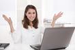 Glückliche zufriedene Frau sitzend im Büro