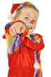 Junge in Clown-Kostüm zeigt