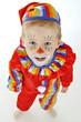 Clown in Karnevals-Kostüm schaut nach oben
