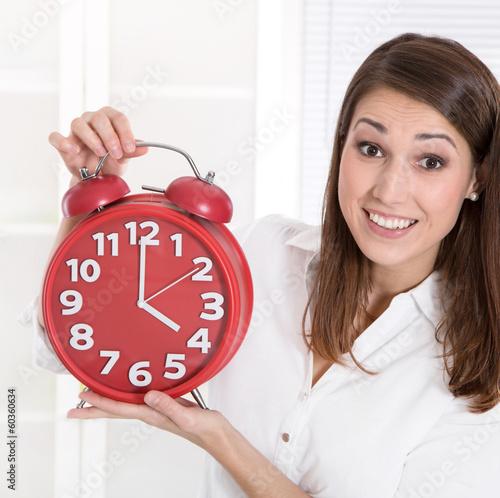 16.00 Uhr Feierabend - Frau hat Gleitzeit im Betrieb