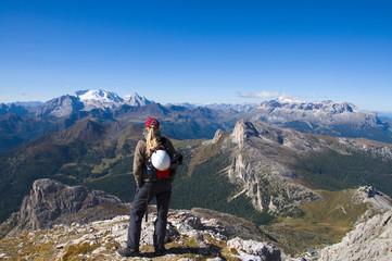 Bergsteiger mit Blick auf die Marmolata - Dolomiten