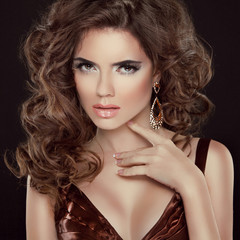 Wavy Hair. Beauty Portrait of beautiful brunette woman with long