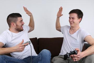 Junge Leute gewinnen beim Spielen auf Spielkonsole