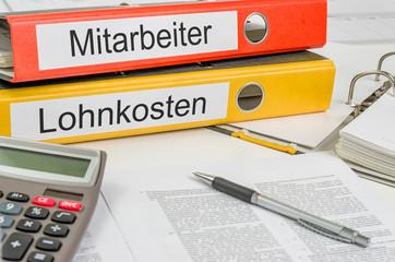 Aktenordner mit der Beschriftung Mitarbeiter und Lohnkosten