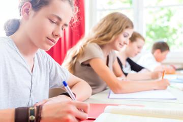 Schüler schreiben Test in Schule