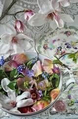 Terrine mit Blüten